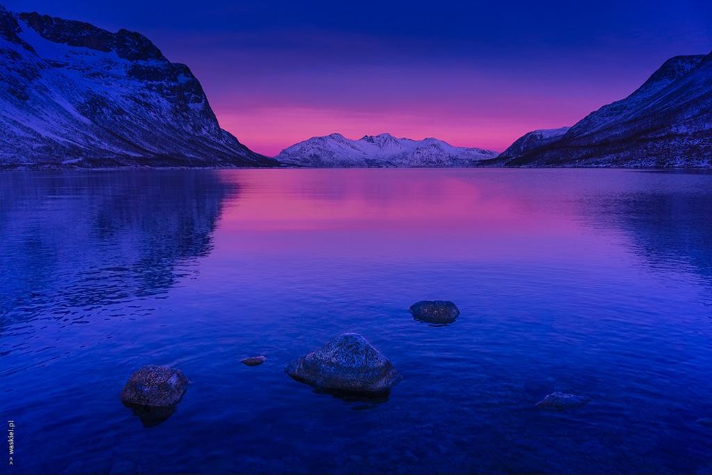 Obraz przedstawiający jak wygląda niebieska godzina w fotografii na przykładzie norweskiego morza.