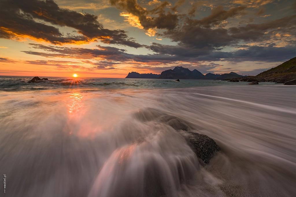 Obraz przedstawiający przykład fotografowania w trakcie złotej godziny w Norwegii.