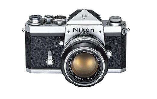 Zdjęcie, które prezentuje pierwszą popularną i ogólnodostępną lustrzankę w historii fotografii.