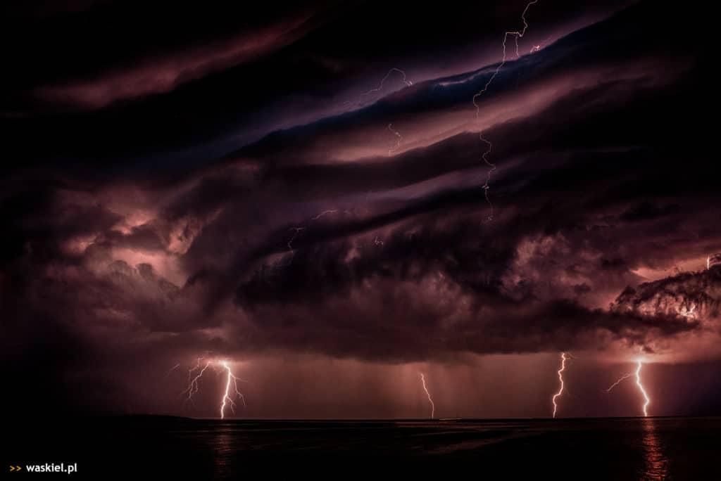 Zdjęcie przedstawiające, jak fotografować błyskawice na tle burzowego nieba.