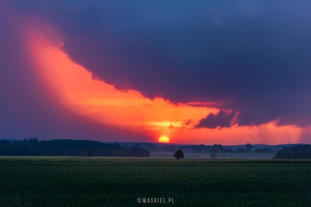 Zdjęcie przedstawiające jak uzupełnić fotografię krajobrazową poprzez ciekawe ujęcia burz.