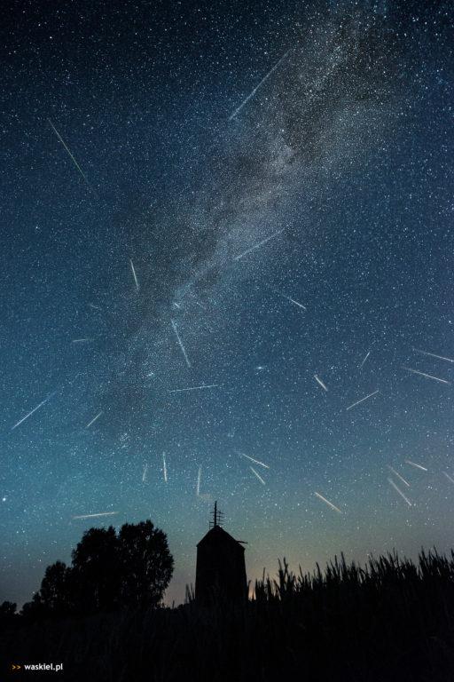 Fotografia przedstawiająca, gdzie szukać perseidów na nocnym niebie.