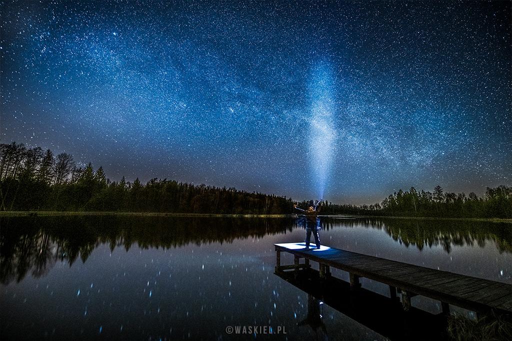 Obraz przedstawiający, jak wygląda praktyczne fotografowanie gwiazd na plenerze zdjęciowym.