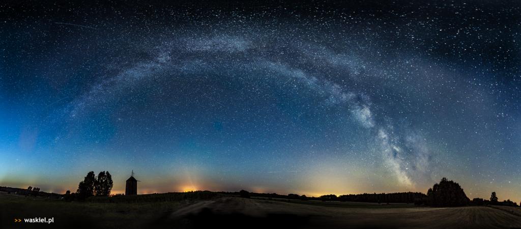 Zdjęcie, które przedstawia jak wygląda praktyczne fotografowanie panoramy gwiazd.