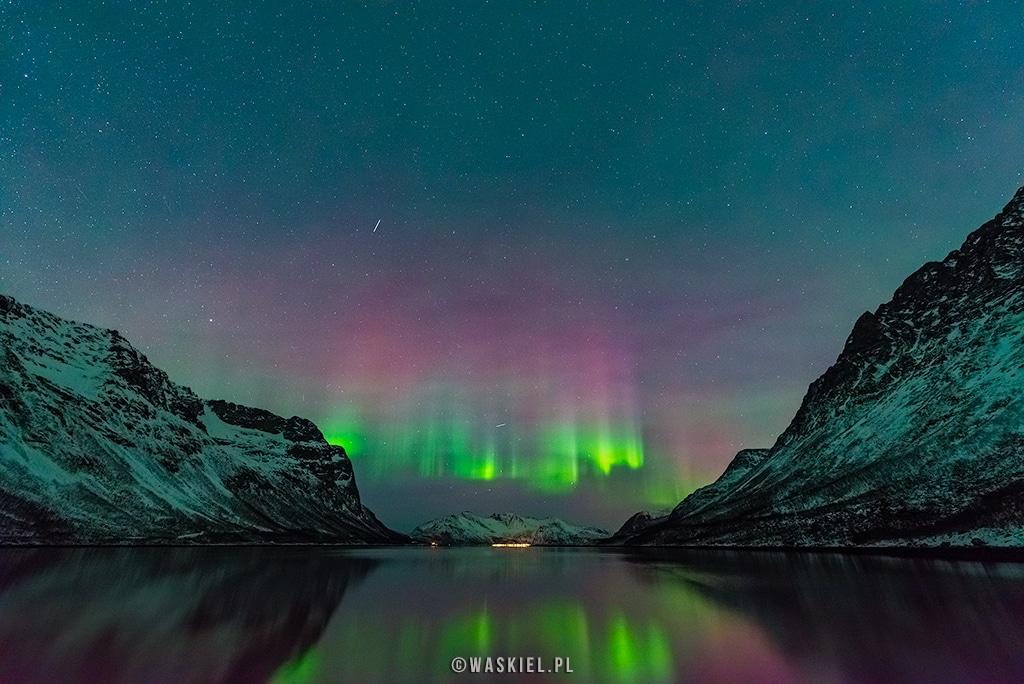 Obraz przedstawiający fotografowanie i obserwowanie zorzy polarnej w okolicach norweskiego miasta Tromso.
