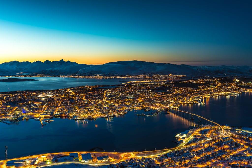 Obraz przedstawiający, że rejon norweskiego miasta Tromso jest idealny do fotografowania zorzy polarnej.