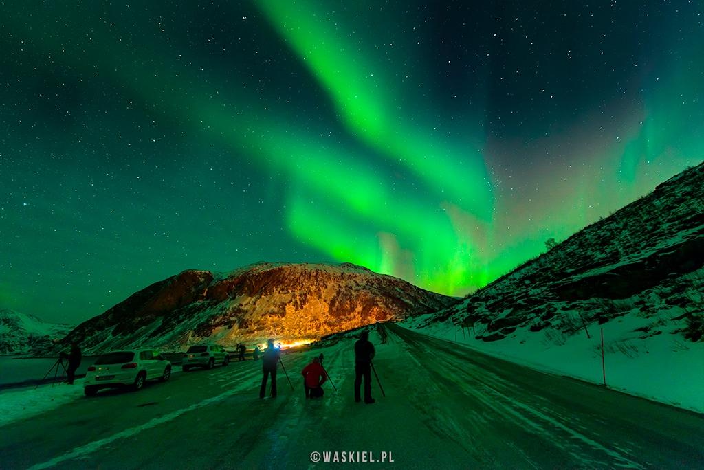 Obraz przedstawiający jak wygląda fotografowanie zorzy polarnej w trakcie nocnej sesji zdjęciowej.