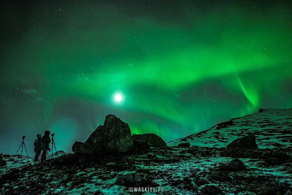 Zdjęcie przedstawiające w jaki sposób księżyc może wpłynąć na fotografowanie zorzy polarnej.
