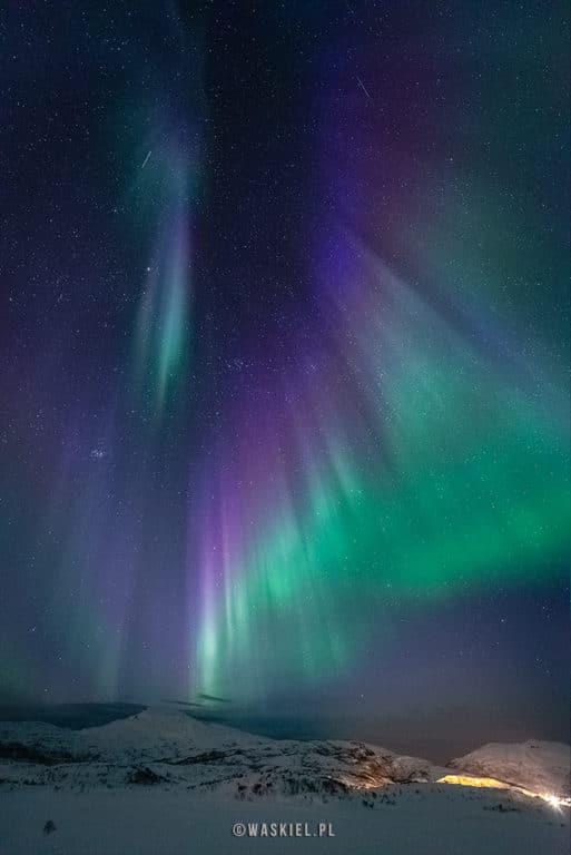 Obraz przedstawiający unikalne kolory zorzy polarnej.