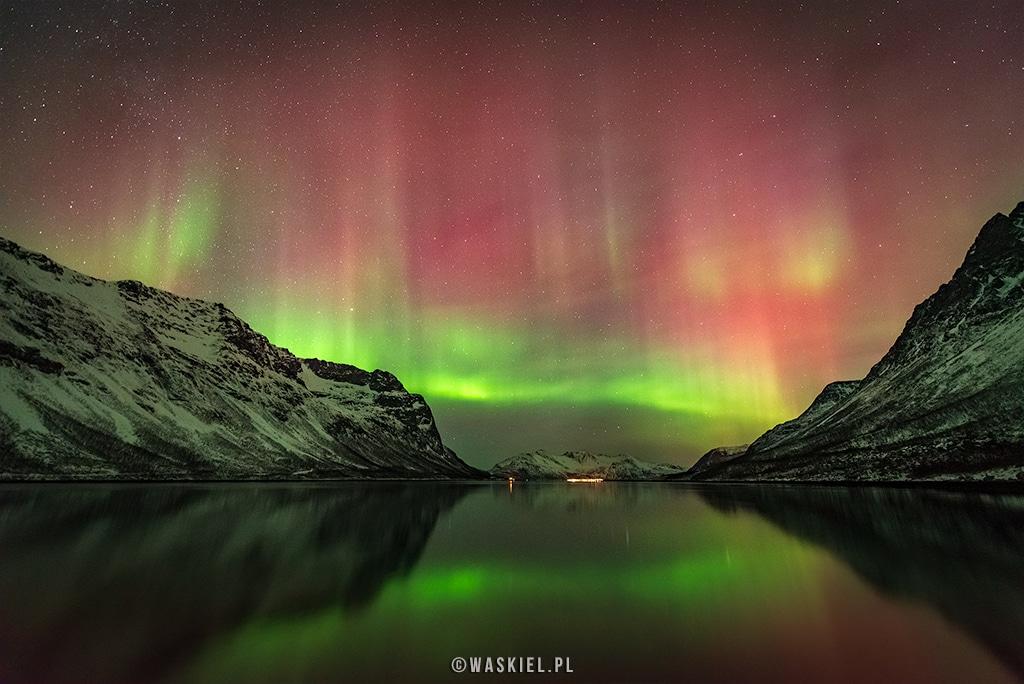 Fotografia przedstawiająca jakie kolory może mieć zorza polarna.