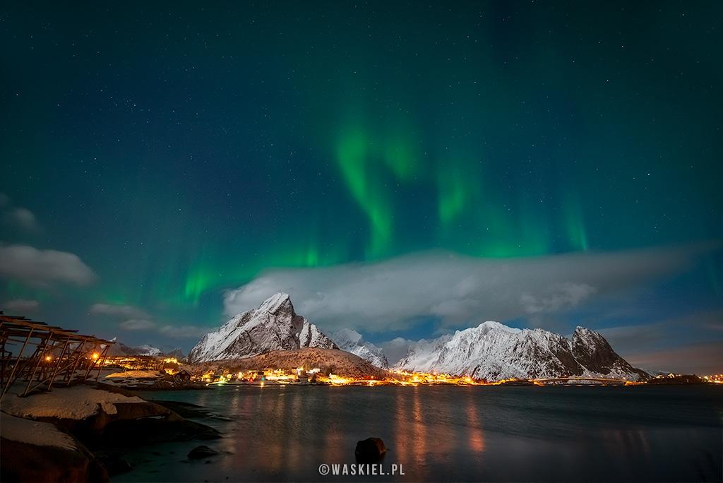 Fotografia przedstawiająca zorzę polarną nad norweskimi Lofotami.
