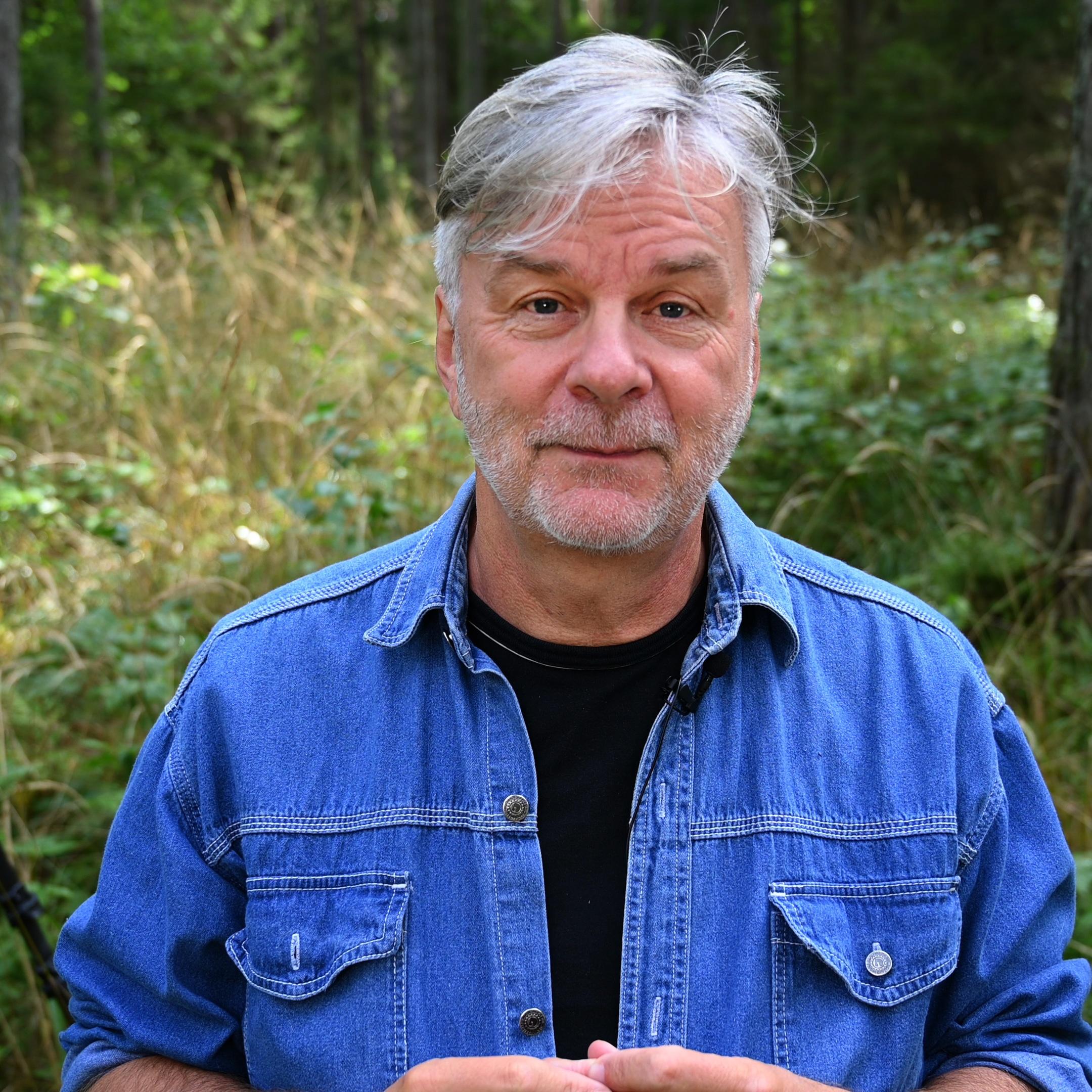Obraz przedstawiający Marka Waśkiela, nauczyciela internetowej szkoły fotografii.