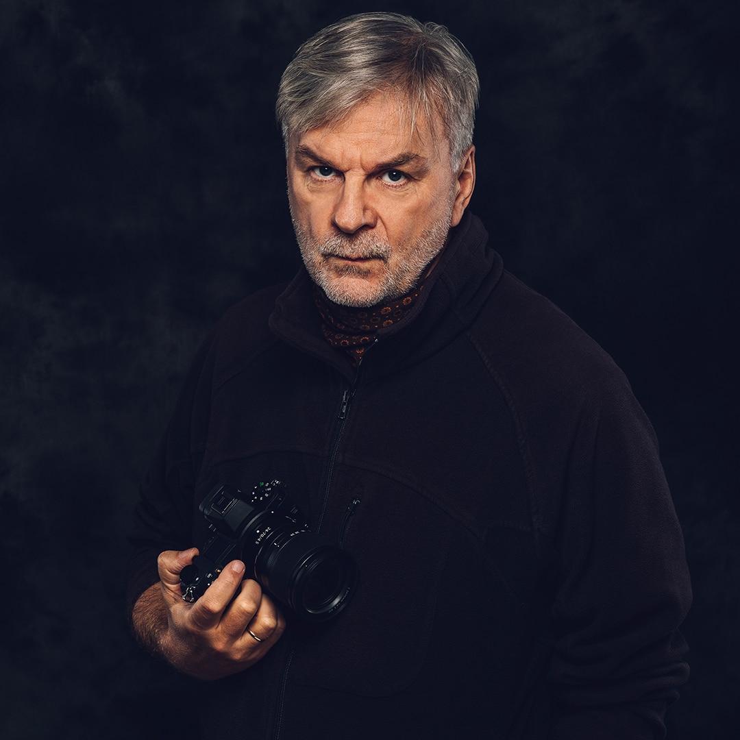 Obraz przedstawiający autora darmowego poradnika fotograficznego Marka Waśkiela.