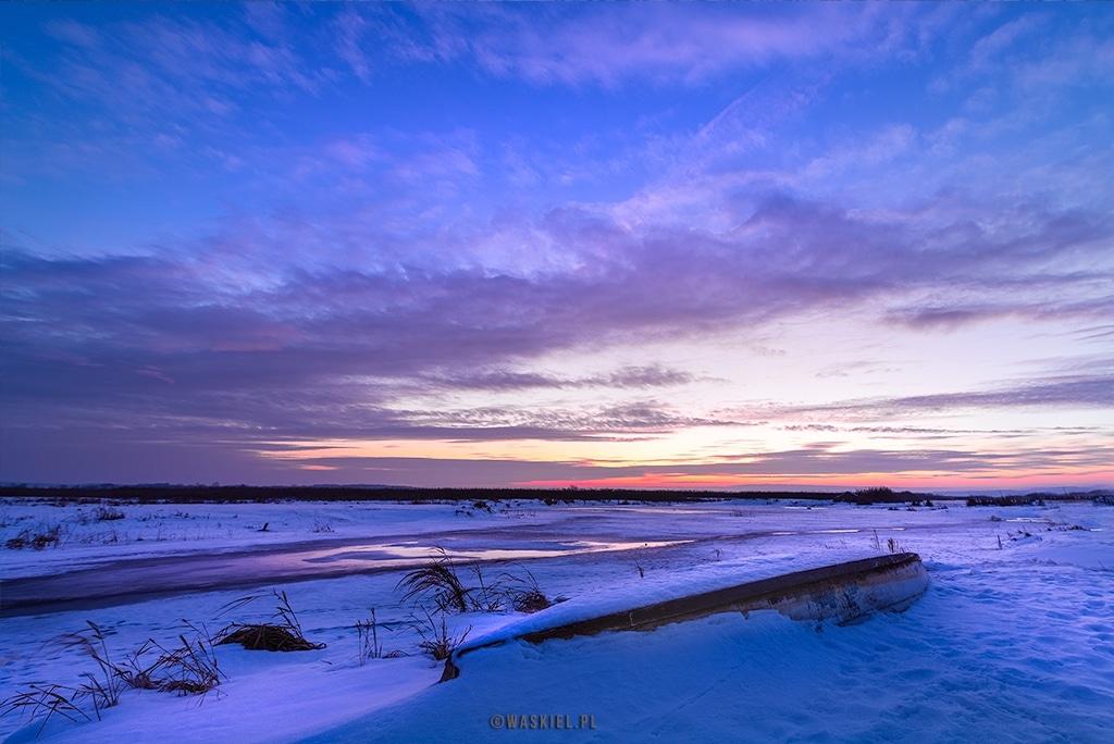 Obraz przedstawiający, jak wygląda fotografowanie zimowego krajobrazu.